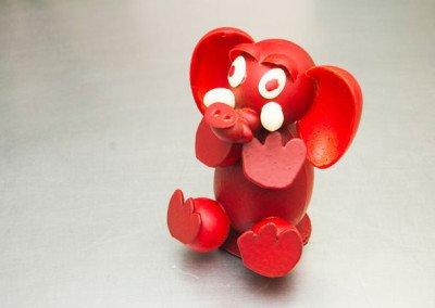 Mona elefante rojo