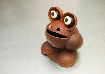 Mona rana marrón